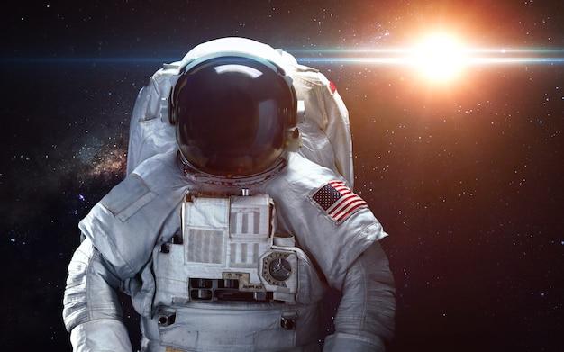 宇宙空間の宇宙飛行士。船外活動。