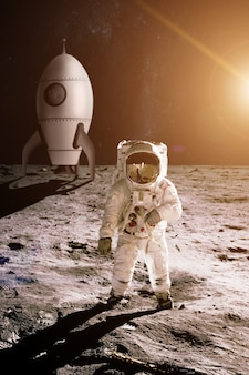Астронавт идет по луне на фоне игрушечной ракеты