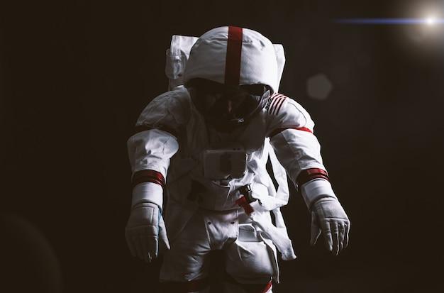 Астронавт покидает землю. в поисках нового дома для человечества. понятие о науке и природе. затерянный в глубоком космосе