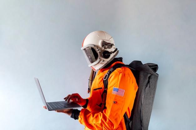 ノートパソコンを見ている宇宙飛行士