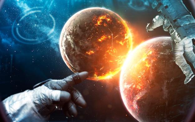 Астронавт смотрит на взрыв планет. люди в космосе. элементы этого изображения, предоставленные наса