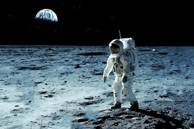 Астронавт на луне элементы этого изображения предоставлены наса. фото высокого качества