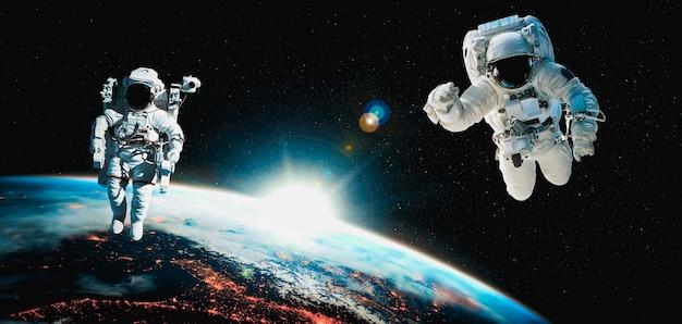 Космонавт выходит в открытый космос во время работы на космической станции