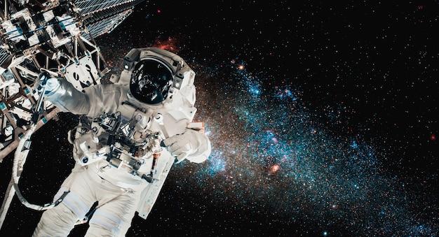 宇宙飛行士宇宙飛行士は宇宙ステーションで働いている間船外活動をします