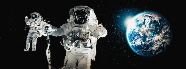 Космонавт-космонавт выходить в открытый космос во время работы на космической станции