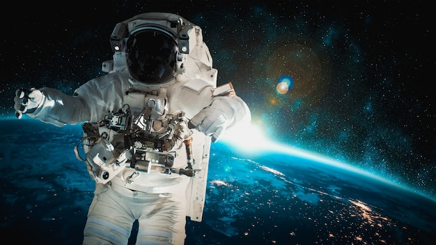 Космонавт-космонавт выходит в открытый космос, работая на космической станции