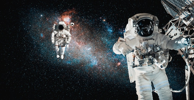 Космонавты-космонавты выходят в открытый космос во время работы на космической станции