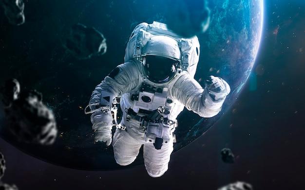 宇宙飛行士の船外活動、素晴らしい空想科学小説の壁紙、地球惑星。 nasaによって提供されたこの画像の要素