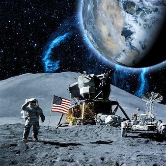 宇宙飛行士は月面を歩くコスモスーツを着ています。将来のコンセプト。 nasafによって提供されたこの画像の要素