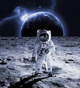 宇宙飛行士は月面を歩くコスモスーツを着ています。将来のコンセプト