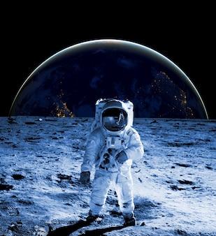 우주 비행사는 우주복을 입고 달 위를 걷는다. 미래의 개념