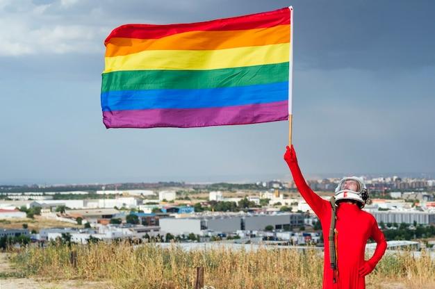 Lgbtの旗を掲げた宇宙飛行士-lgbtゲイプライド、マドリッド、スペイン。