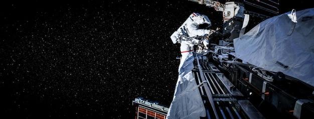 Астронавт, работающий на космической станции