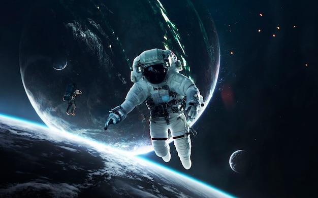 우주 비행사, 끝없는 깊은 공간이있는 아름다운 공상 과학 벽지. nasa에서 제공 한이 이미지의 요소