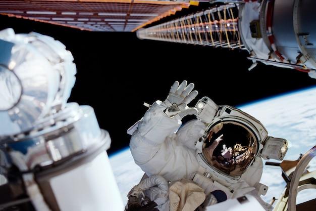 Астронавты на орбитальной космической станции. элементы этого изображения, предоставленные наса.