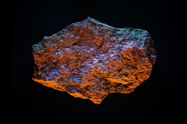 宇宙反射の黄色と青の照明における天文学銀河小惑星または隕石。