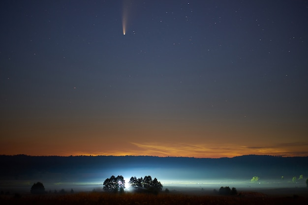 Астрофотография. c / 2020 f3 (neowise) или комета neowise, ретроградная комета, обнаруженная 27 марта 2020 года.