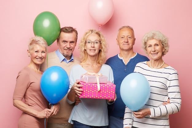 成熟した女性の誕生日パーティーで