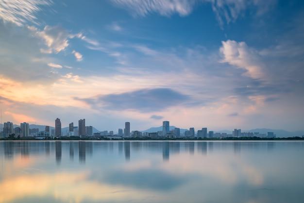夕暮れ時には、湖は街の夜景を反映しています