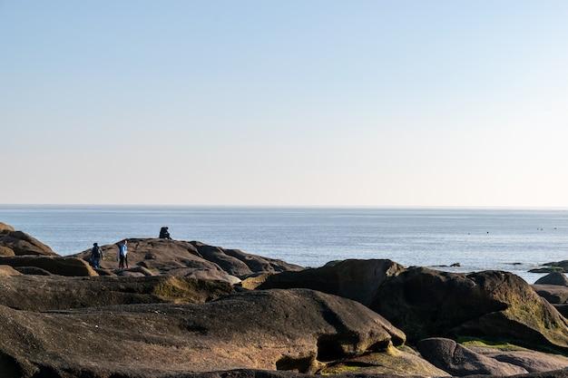 夕暮れ時に、海岸の海が岩を叩きました