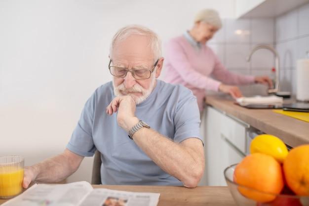 家に。家で時間を過ごす年配の白髪の男