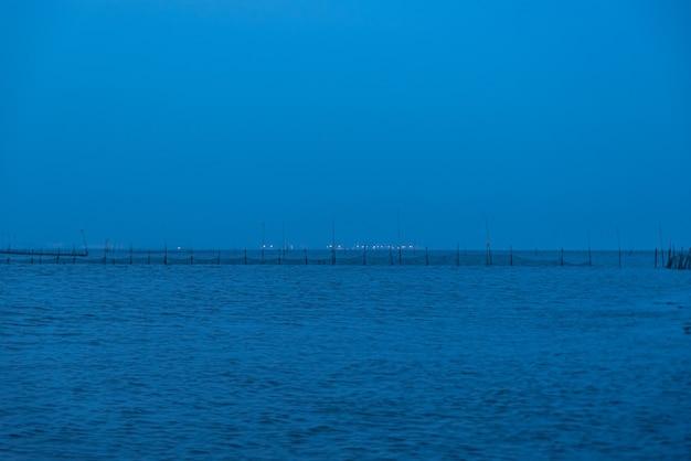Ночью на мелководье все окутывает синий.