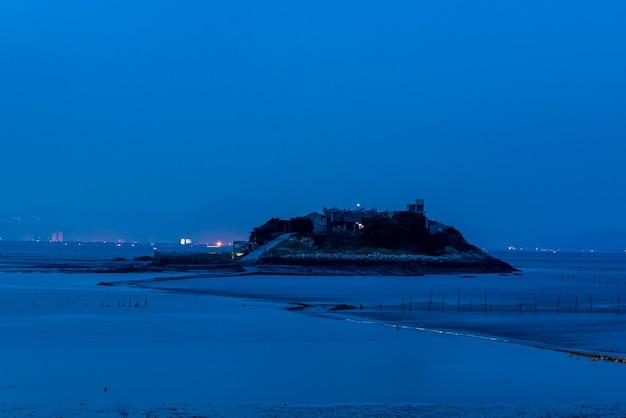 밤이 되면 갯벌의 푸른빛이 모든 것을 감쌉니다.