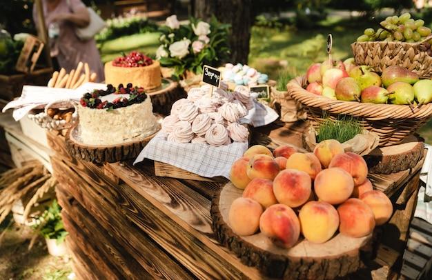 결혼식 파티에는 맛있는 케이크와 달콤한 복숭아 및 기타 다른 과일이 있습니다.