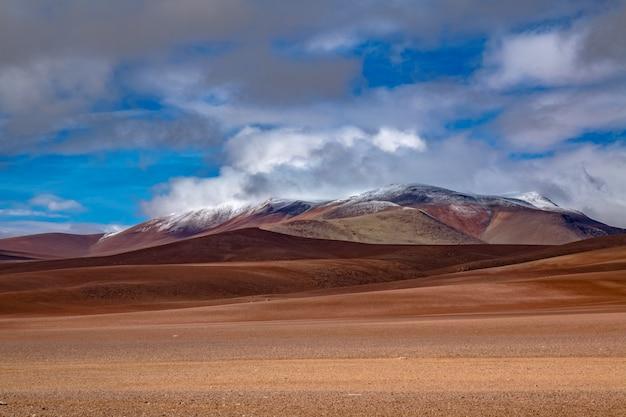 Саванна пустыни атакама, горы и вулканический ландшафт, чили, южная америка