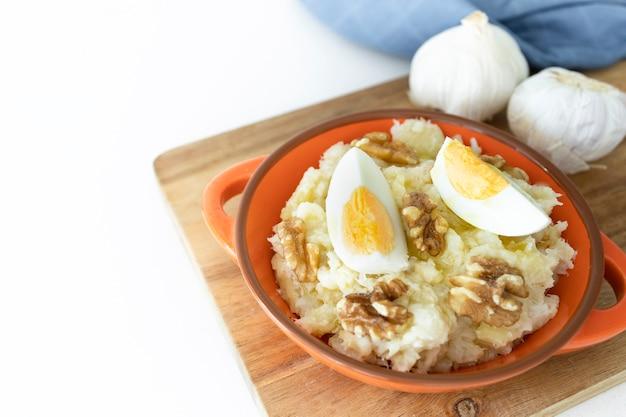 Атаскабуррас типичное блюдо кастильской кухни ла-манча картофель, треска, яйцо и грецкие орехи