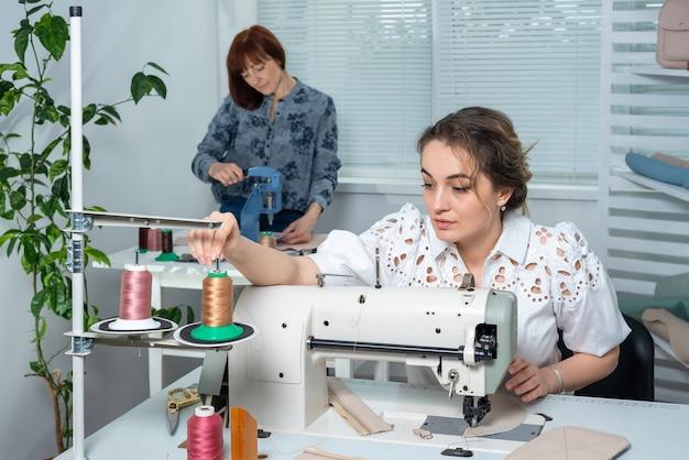 Сотрудники ателье работают на своих рабочих местах