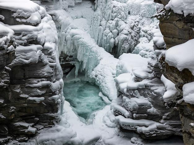 凍った滝の上昇図、athabasca falls、jasper、jasper national park、alberta、カナダ