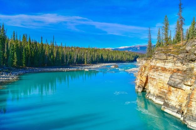 カナダのジャスパー国立公園のアサバスカ滝から流れるアサバスカ川