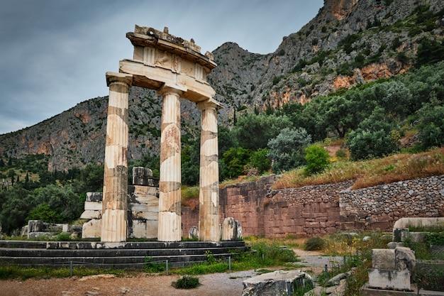 Руины храма афины пронойя в древнем дельфи, греция