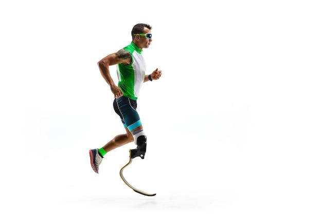 Спортсмен-инвалид с ампутированными конечностями, изолированные на белом фоне студии