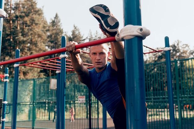 운동장에서 스트레칭 운동을 하는 운동선수