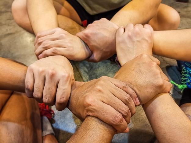 Рука спортсмена собрать работу в команде. руки людей были сотрудничеством, чтобы доверять. концепция успеха в бизнесе.
