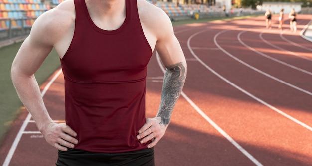 달리기 트랙에서 이완 자세의 운동 선수