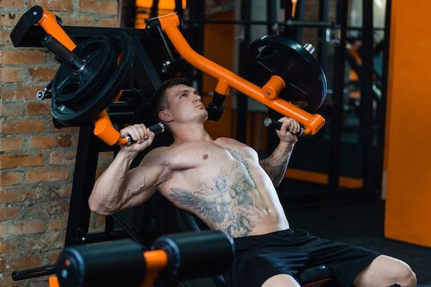 アスリートは筋肉を刺激し、健康的な食事とライフスタイルの概念、スポーツへの愛情、フィットネスを提供します。