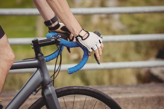 道路で自転車に乗るアスリート