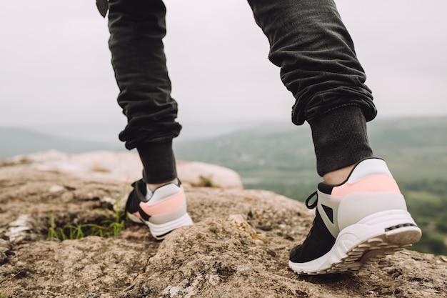 바위 지형에 산에서 달리는 선수 프리미엄 사진