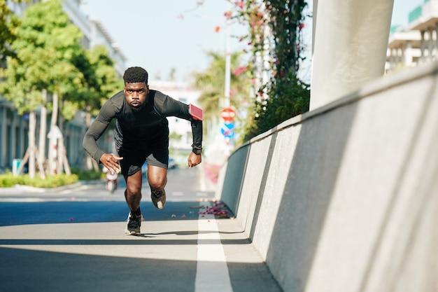Спортсмен работает спринт