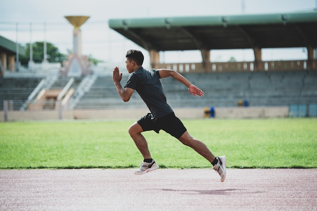 전천후 육상 트랙에 서있는 선수