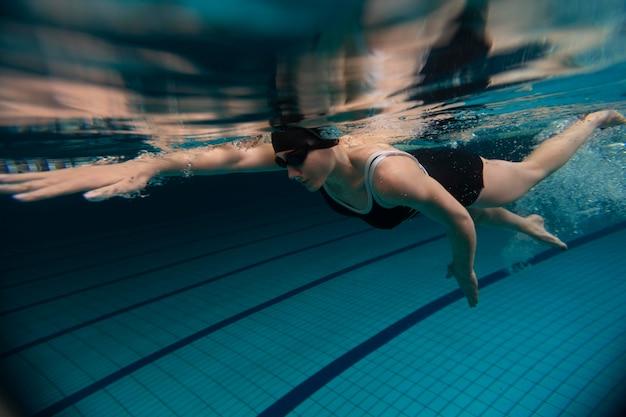 Спортсмен, плавающий под водой, полный кадр