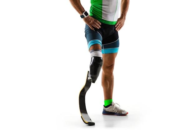 Atleta con disabilità o amputato isolato su sfondo bianco studio. corridore maschio professionista con formazione di protesi della gamba e pratica in studio. sport per disabili e concetto di stile di vita sano.
