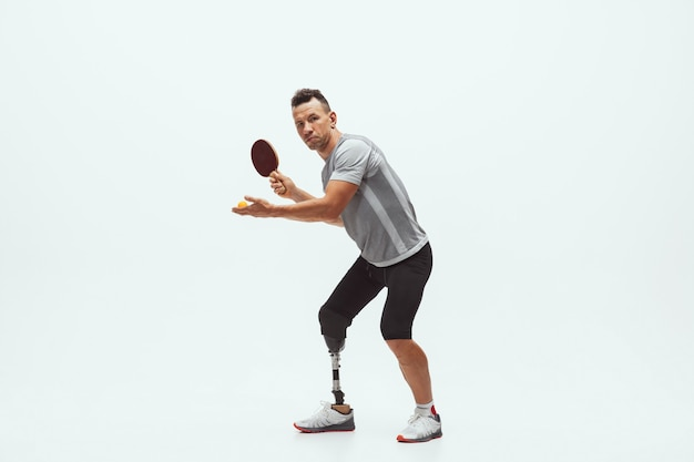 Спортсмен с ограниченными возможностями или инвалидом, изолированные на белом фоне студии. концепция спорта и здорового образа жизни для инвалидов.