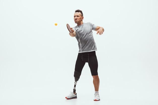 흰색 스튜디오 배경에 격리된 장애 또는 절단 장애인 운동선수. 장애인 스포츠와 건강한 생활 방식 개념.