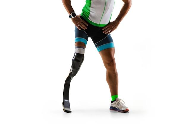 白いスタジオの背景に孤立した障害のある運動選手または切断者。