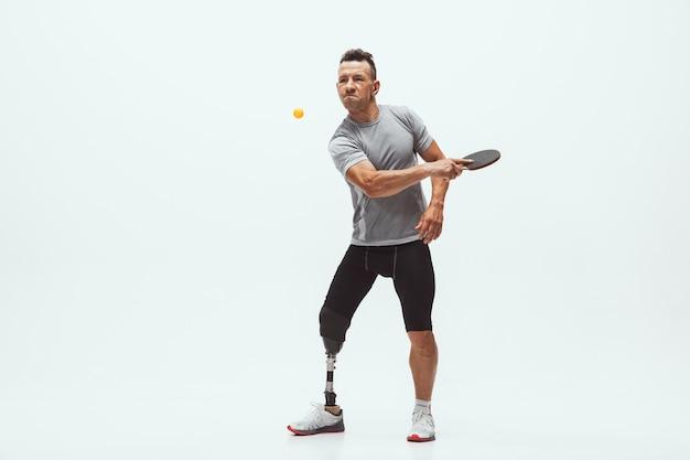 흰색 스튜디오 배경에 고립 된 장애 또는 절단 된 선수