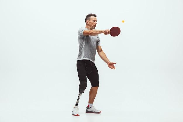 Спортсмен с ограниченными возможностями или инвалидом, изолированные на белом фоне студии